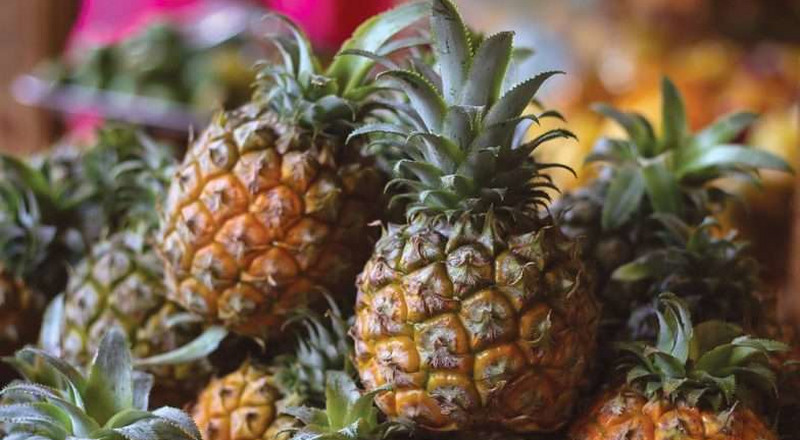See African reactions to the new way to eat pineapples