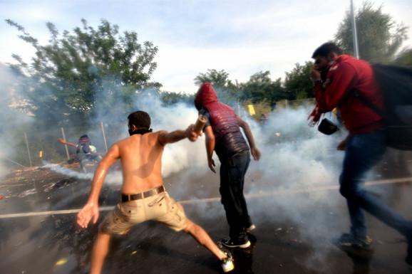 Mađarska policija je upotrebila vodene topove i suzavac kako bi sprečila migrante da uđu na njenu teritoriju