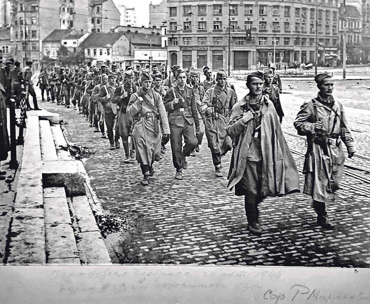 Treći kragujevački bataljon prve proleterske brigade na Trgu republike