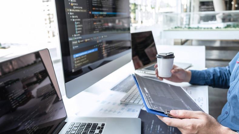 programista informatyk praca komputer laptop