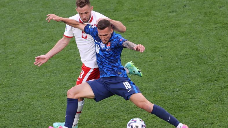 Lukas Haraslin (P) w starciu z Maciejem Rybusem (L) w trakcie meczu Polski ze Słowacją