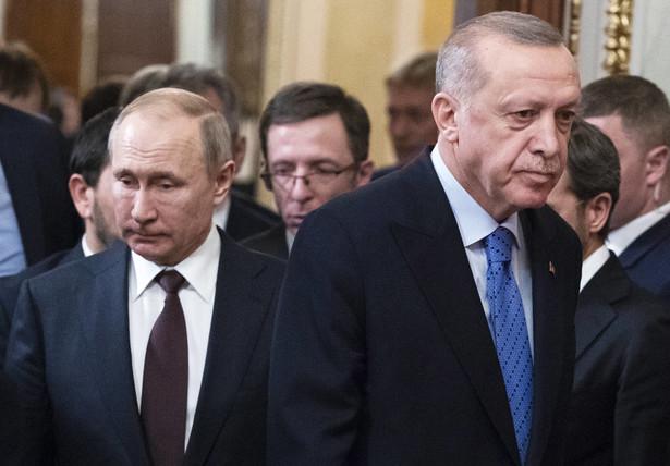 Wojna domowa w Syrii przynosi zaskakujące zwroty akcji. Przez kilka lat owocowała zbliżeniem Ankary i Moskwy. Dwaj rządzący twardą ręką autokraci – Recep Tayyip Erdoğan i Władimir Putin – stopniowo odkrywali, że mają ze sobą wiele wspólnego.