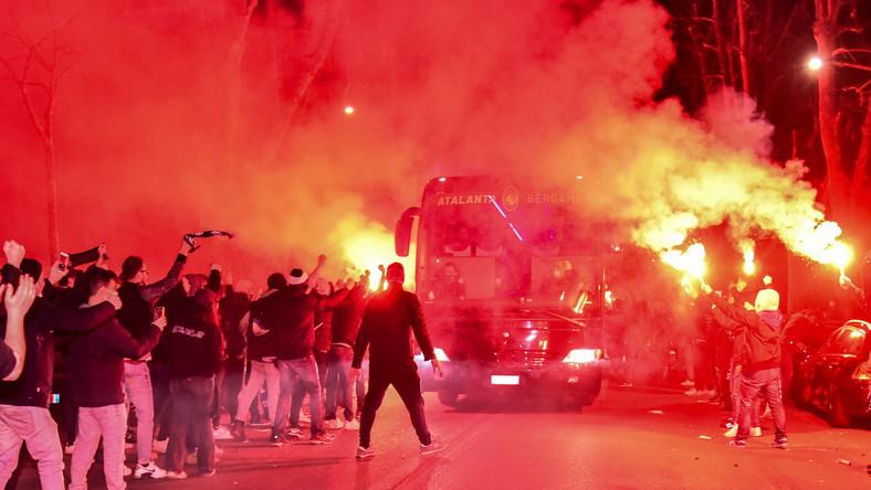 Tysiące kibiców dopingowało Atalantę przed stadionem w Bergamo