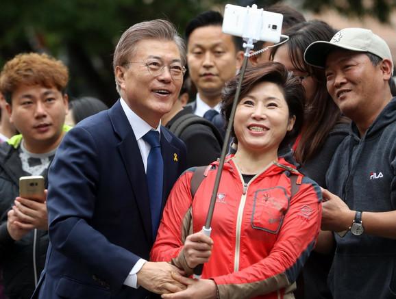 Predsednik Mun Džae-In sa obožavateljima