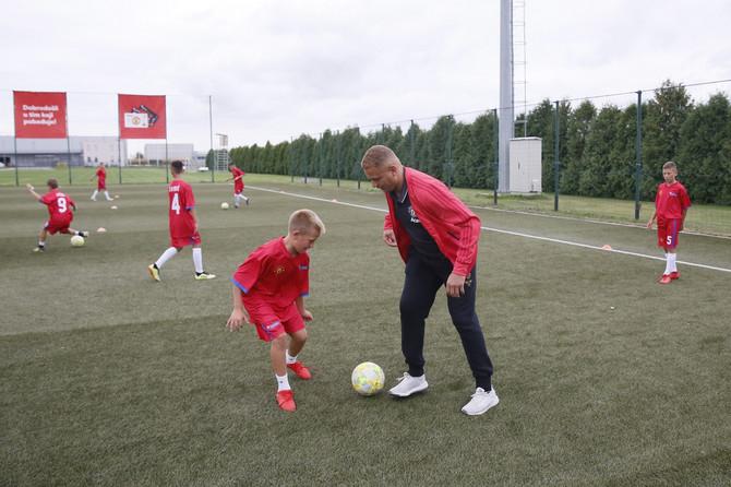 Ves Braun sa polaznicima Mančester junajted Škole fudbala