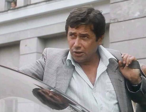 """Janusz Gajos jako sędzia piłkarski Jan Laguna w filmie """"Piłkarski poker"""" (1988)"""
