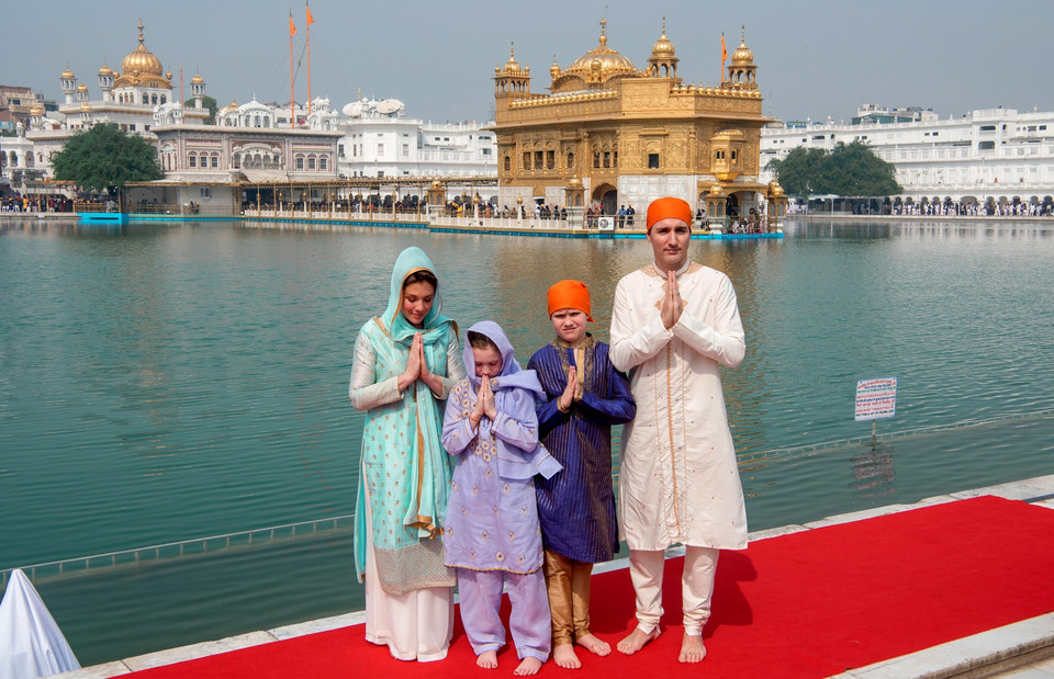 epa06549642 - INDIA CANADA DIPLOMACY (Justin Trudeau with his family in Amritsar)