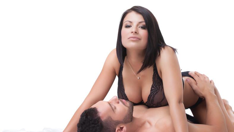 """Z przeprowadzonych badań wynika, że do największej liczby poważnych urazów penisa dochodzi w czasie uprawiania seksu w pozycji na jeźdźca. Naukowcy wyjaśniają, że kochanek w takiej pozycji ma ograniczona kontrolę nad tym, co dzieje się prąciem i dlatego nie może w porę zareagować, gdy czuje, że coś jest """"nie tak""""."""