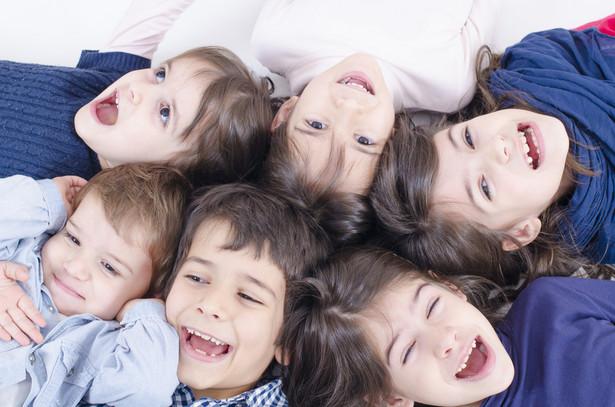 W czasie urlopu rodzicielskiego rodzicom przysługuje zasiłek macierzyński.