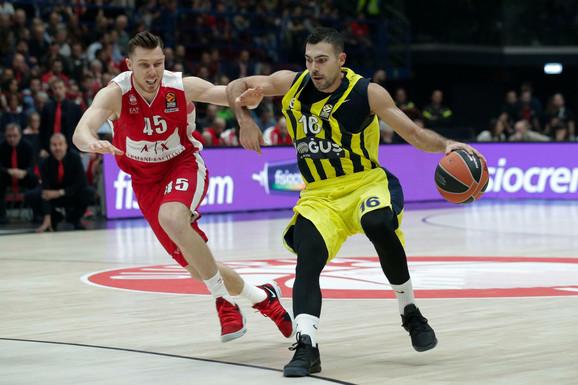 Kostas Slukas u duelu sa bivšim igračem Armanija Dairisom Bertansom