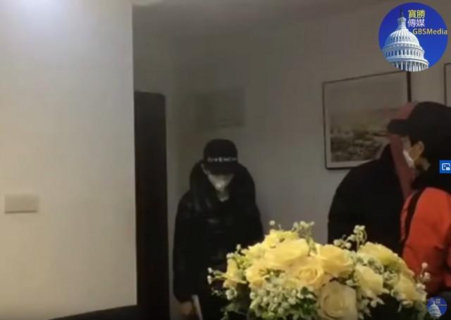 Snimak se prekida kad su dva čoveka ušla u njegov stan
