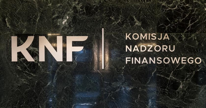 KNF nałożyła karę na pięciu byłych członków zarządu PKN Orlen. Chodzi o informację na temat odpisu za utratę wartości rafinerii w Możejkach