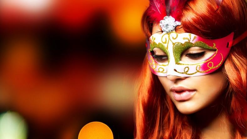 Kobieta w masce karnawałowej