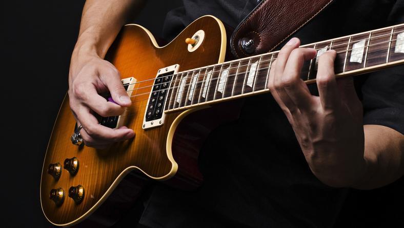 Za 380 tysięcy funtów sprzedano elektryczną gitarę Johna Lennona