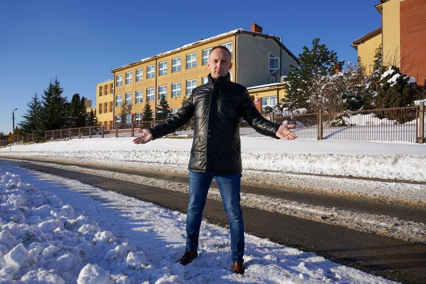 Stefan Grodzki, wójt Kuleszy Kościelnych na tle remontowanej szkoły
