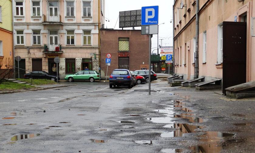 Dziurawe chodniki przy ulicy Furmańskiej