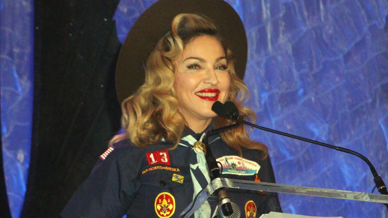 Ubrać się odpowiednio do okazji – to często nie lada wyzwanie. Amerykańska piosenkarka Madonna starannie wyselekcjonowała garderobę na wieczór rozdania GLAAD Media Awards, wyróżnień przyznawanych osobom medialnym w uznaniu ich zasług na polu szerzenia tolerancji. Artystka przybyła na ceremonię przebrana za... harcerza