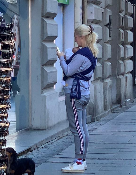 Tamara Grujić sa bebom šeta Beogradom