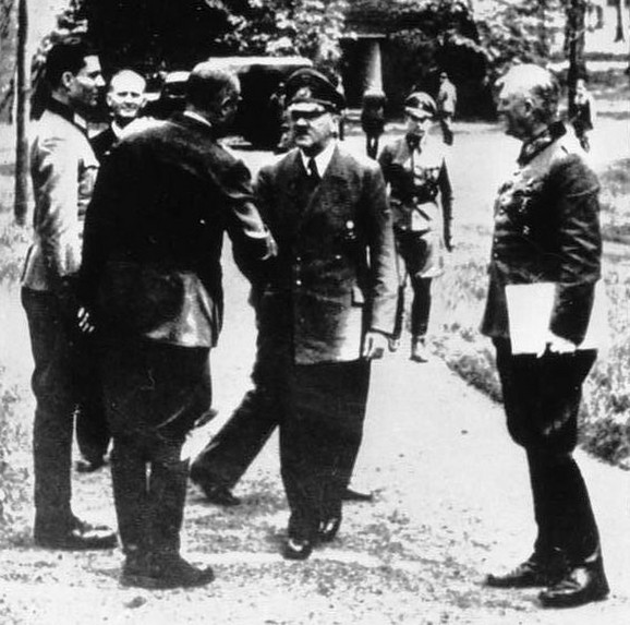 Klaus fon Štaufenberg (levo na fotografiji stoji mirno) i Hitelr kod Vučija jame