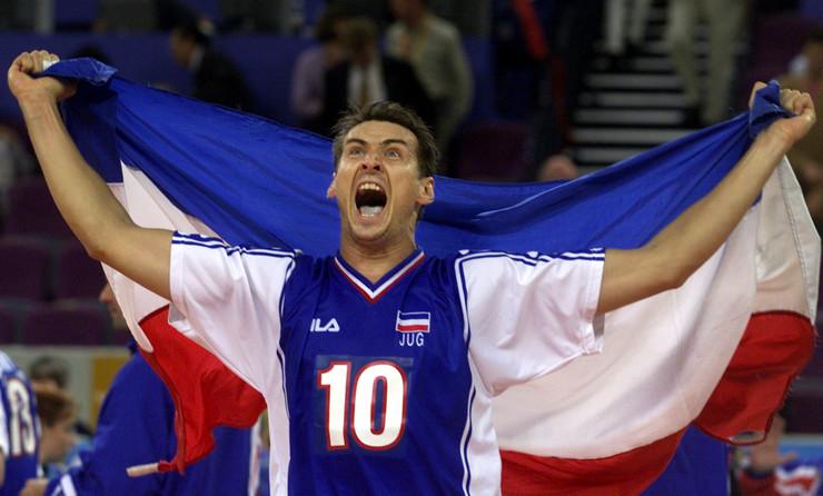 Odbojkaš Vladimir Grbić nakon osvajanja zlata na OI u Sidneju 2000. godine