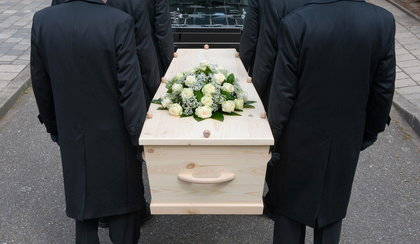 To było ostatnie pożegnanie zmarłej 75-latki. Nagle zadzwonił lekarz, żałobnicy zaniemówili...