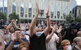 Gruzja: Tłumy na ulicach Tbilisi domagają się dymisji rządu