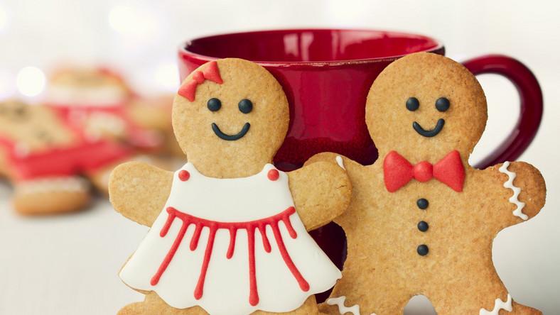 Jeśli masz ochotę na ciasto lub ciasteczka, zrób je sama. Będą zawierały dobrej jakości składniki w odpowiednich proporcjach (np. więcej bakalii niż ciasta). Warto zastąpić biały cukier cukrem trzcinowym i użyć mąki razowej. Liczą się słodkie dodatki, czyli owoce sezonowe, rodzynki, dżem śliwkowy z kakao (zamiast nutelli). Na wypieki zaproś znajomych, dzięki czemu zjesz ich mniej ;-)