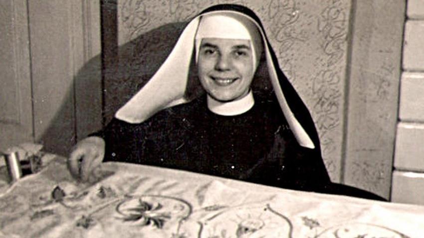 Helena Sporniak 2 lutego 1928 r. w wieku 17 lat wstąpiła do postulatu i otrzymała imię zakonne Gabriela