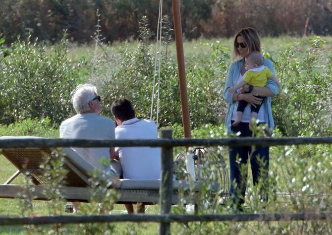 Ričard Gir i Alehandro Silva sa sinom i prijateljma u Toskani