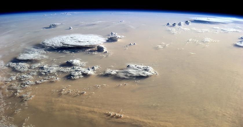 Burza piaskowa nad Saharą