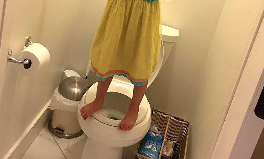 Dziewczynka stoi na toalecie, żeby obronić się przed zamachowcem