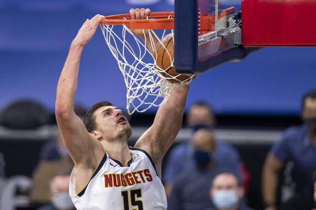 Nikola Jokić zakucava na NBA utakmici FIladelfija Seventisiksers - Denver Nagets