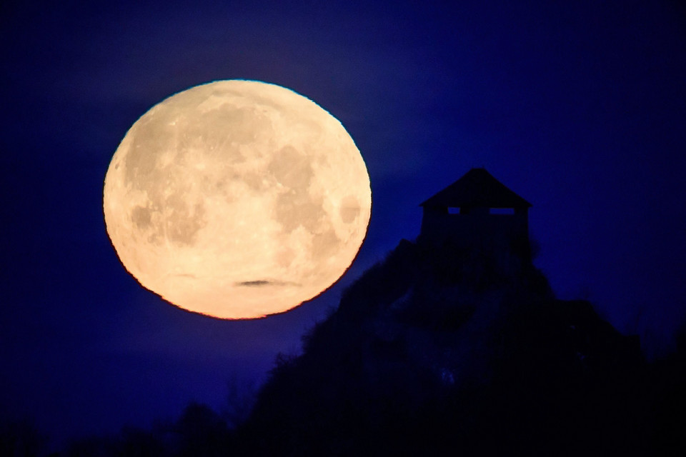epa06487306 - HUNGARY SUPERMOON (Supermoon in Salgotarjan)