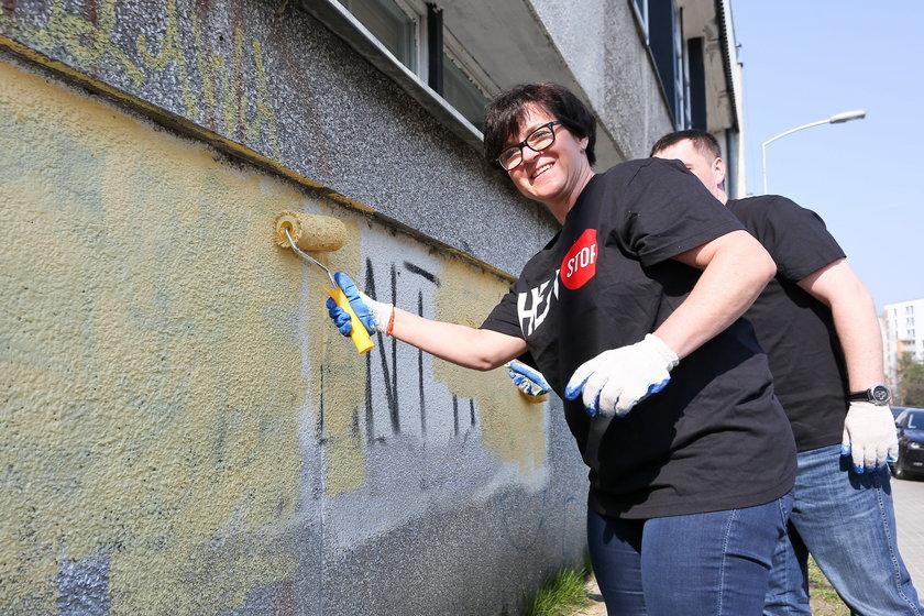 Minister Edukacji Narodowe, Joanna Kluzik-Rostkowska pomaga w akcji zamalowywania napisaów