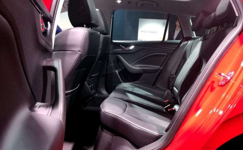 Skoda umie dbać o komfort użytkownika i nową Scalę może wyposażyć w podgrzewaną przednią szybę, podgrzewaną kierownicę oraz podgrzewane tylne miejsca