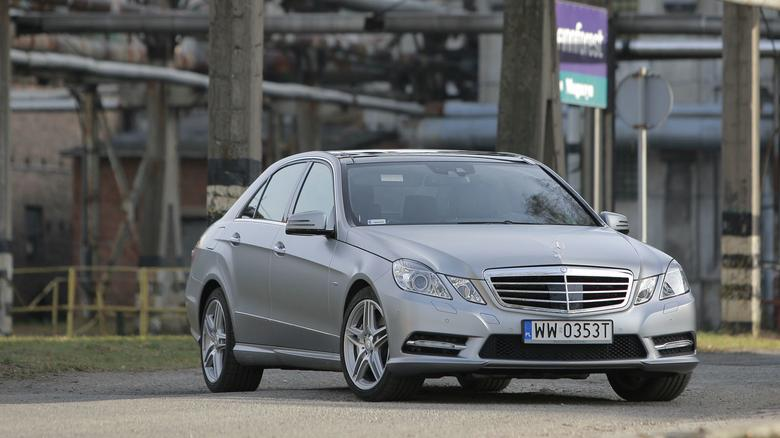 Na nabywców czeka w Polsce około 600 Mercedesów klasy E tej generacji. Zdecydowana większość ma nadwozie sedan.