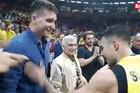 IZNAD ZVEZDA Kada su košarkaši Fenerbahčea izborili finale Evrolige, potrčali su da slave - sa Bogdanom /VIDEO/