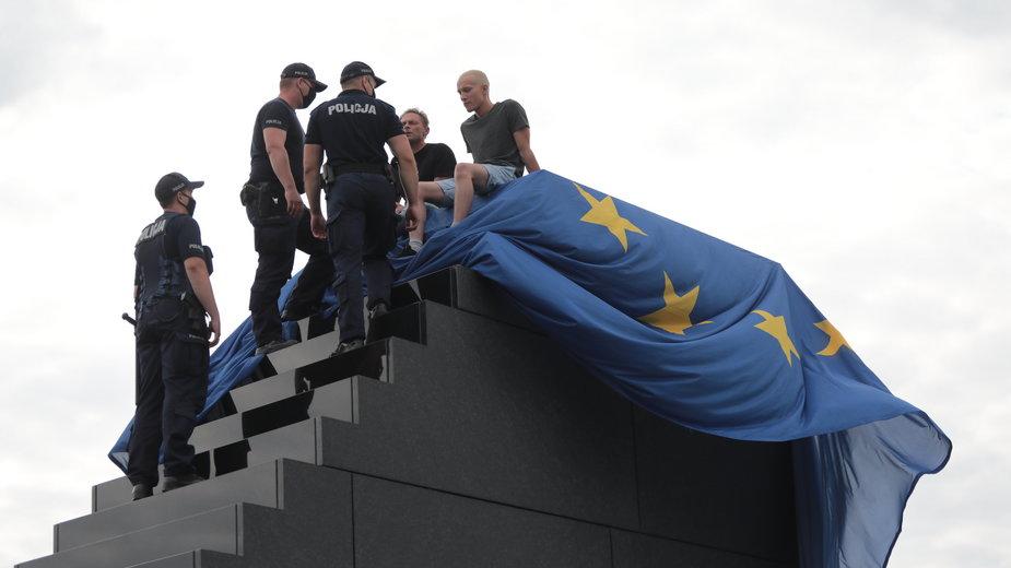 Pomnik smoleński przykryty unijną flagą