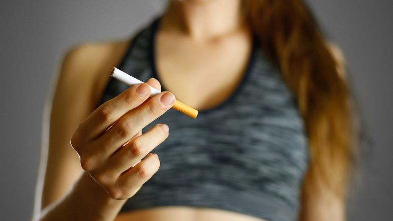 Kobieta trzyma papierosa