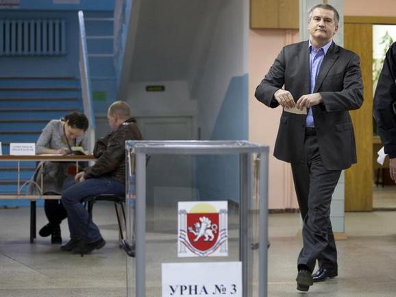Sergej Aksjonov dolazi na glasanje