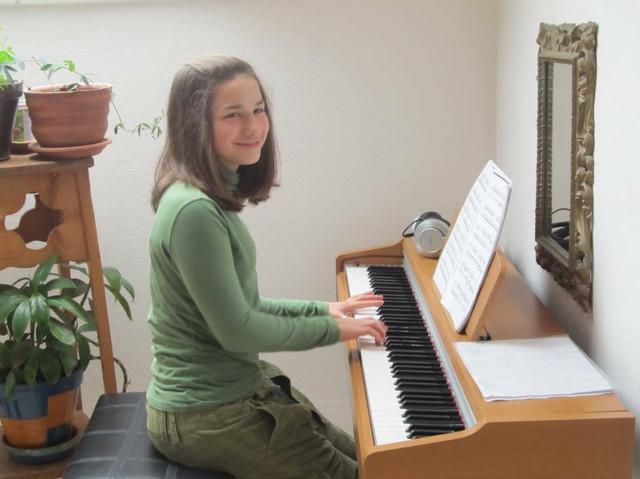 Alisa svira klavir i piše pesme