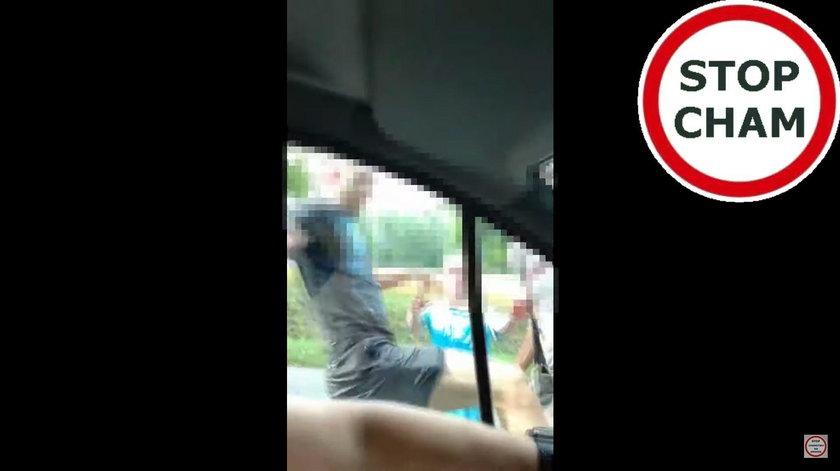 Kierowcę zaatakowało kilku młodych chuliganów
