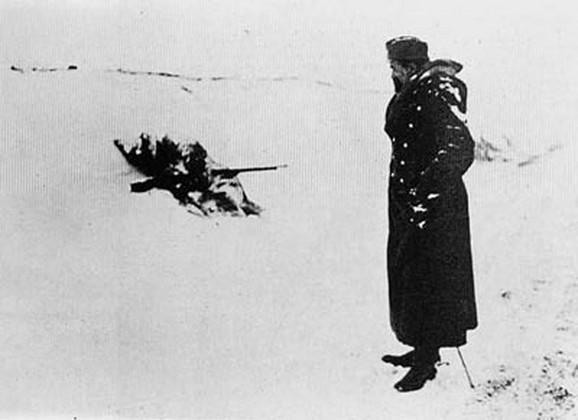 Jedan živi i jedan smrznuti srpski vojnik tokom povlačenja preko albanskih planina u zimu 1915/1916