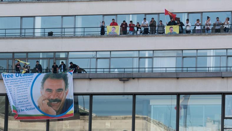 Flaga z podobizną Abdullaha Ocalana na budynku w AFP Paryżu