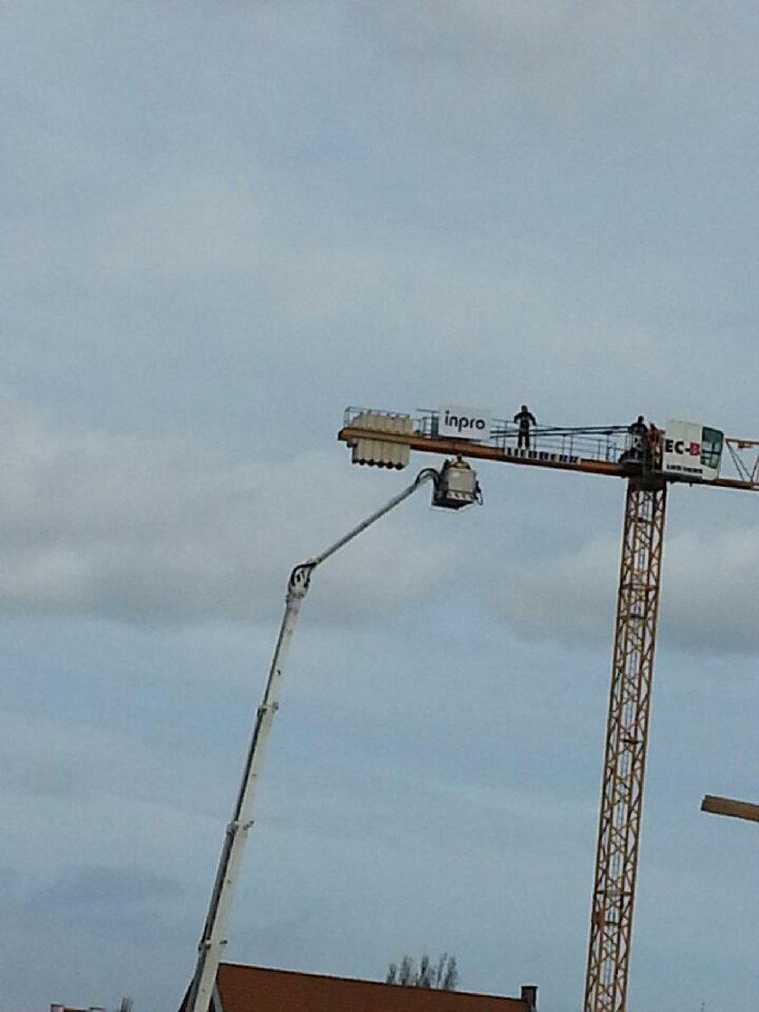 Straż pożarna ściąga operatora dźwigu