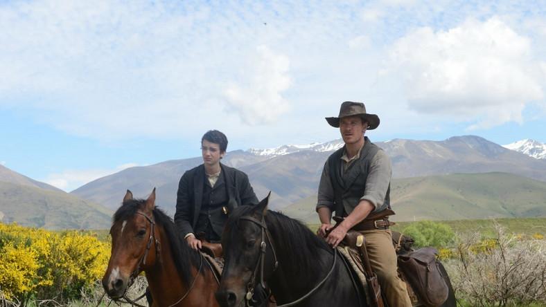 "Kodie Smit-McPhee i Michael Fassbender w filmie ""Slow West"""
