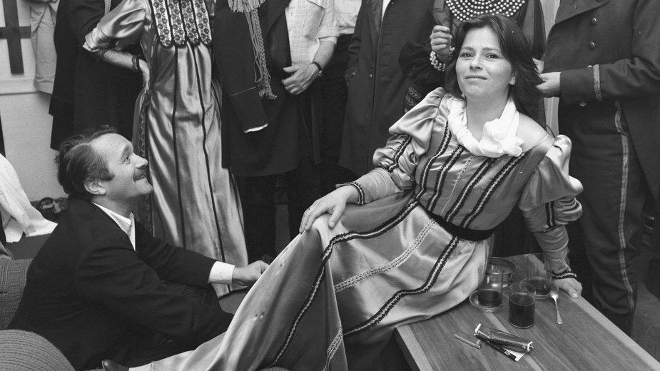 Małgorzata Pritualk (siedzi na stole), razem z zespołem Teatru Ochota.