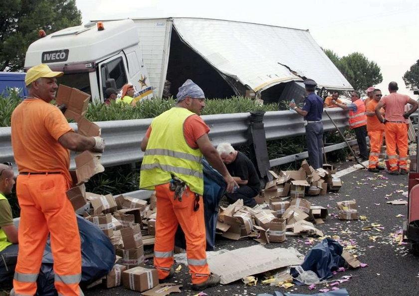 Ludzie natychmiast rzucili się zbierać pieniądze rozsypane na włoskiej autostradzie