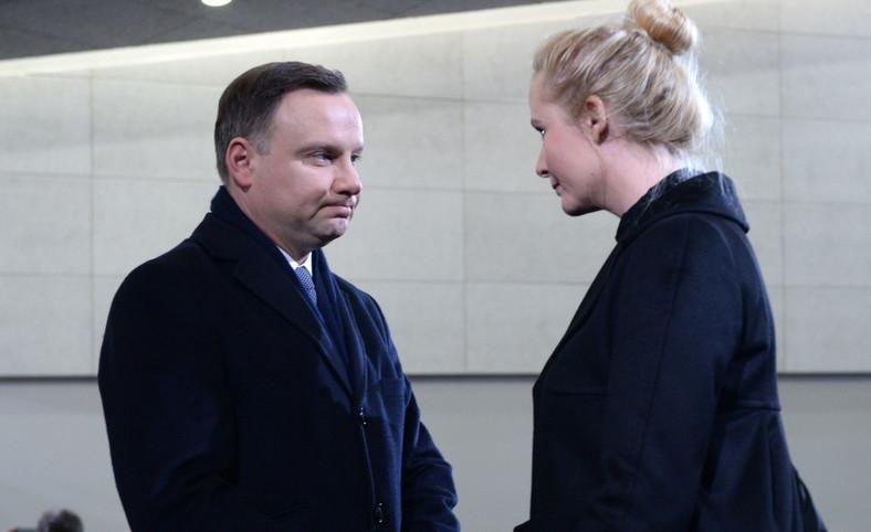 Prezydent Andrzej Duda (L) składa kondolencje na ręce żony zmarłego - Anny Kality