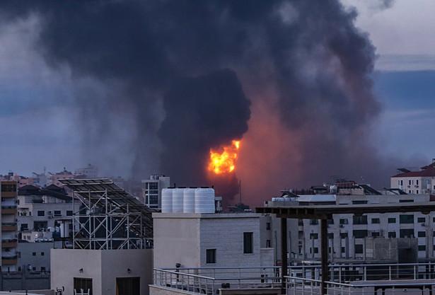 """Minister obrony Izraela Beni Ganc ostrzegł we wtorek późnym wieczorem, że """"to dopiero początek"""" izraelskich ataków na Gazę."""